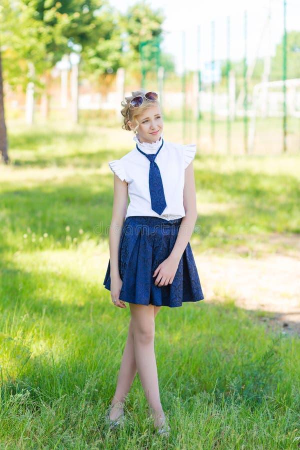 Девушка отдыхает в школьном дворе стоковое изображение rf
