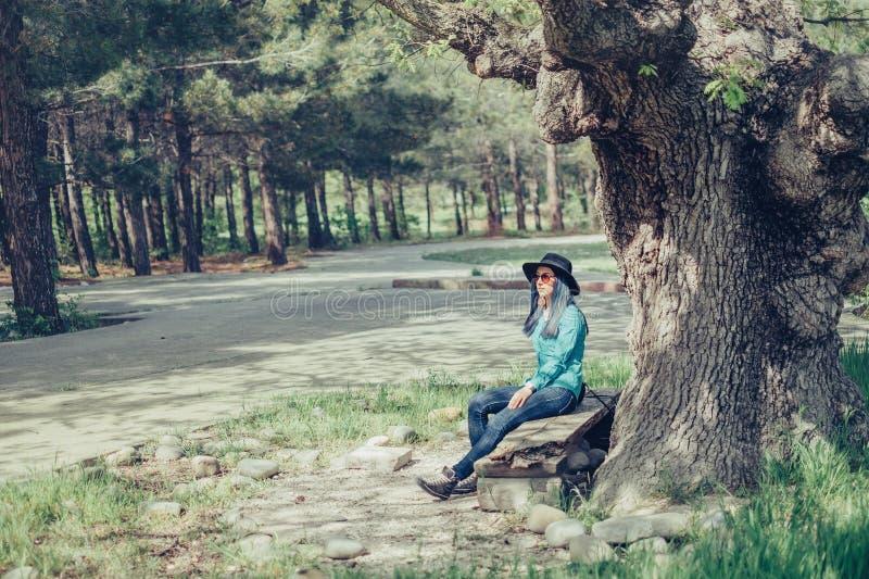 Девушка отдыхая на стенде стоковое изображение