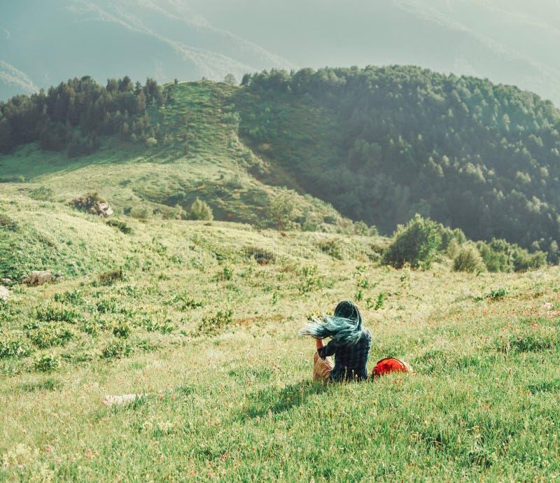 Девушка отдыхая на луге лета стоковые изображения
