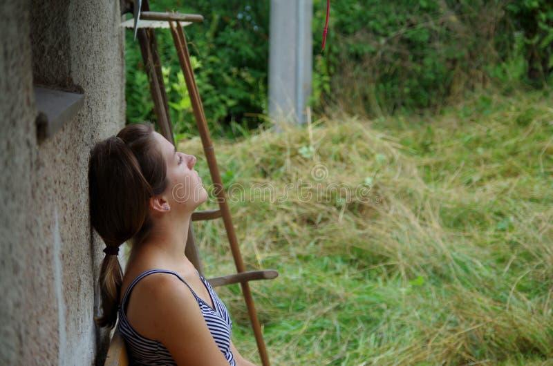 Девушка отдыхая после работы стоковое изображение