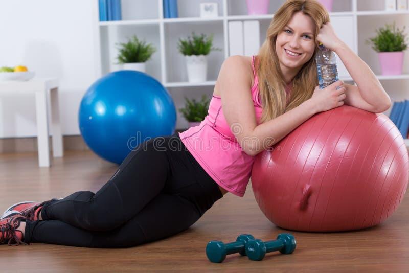Девушка отдыхая после тренировки стоковое изображение