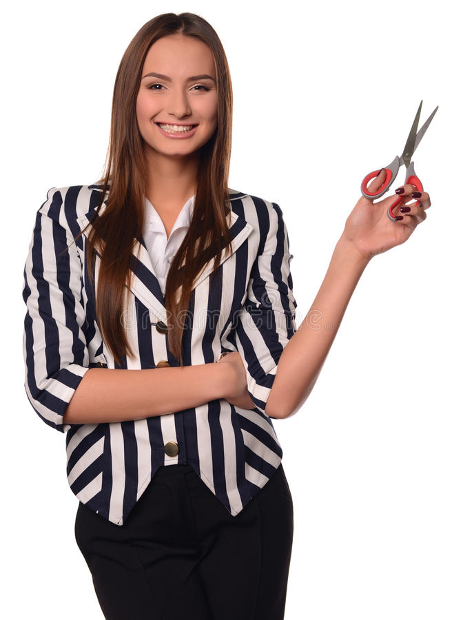Девушка офиса показывая ножницы изолированные на белой предпосылке стоковое фото