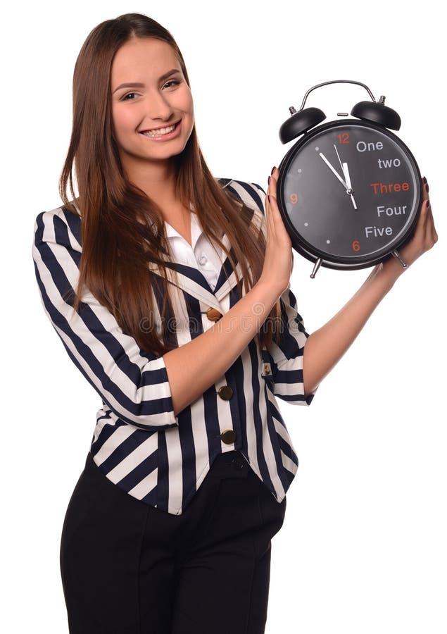 Девушка офиса показывая часы изолированные на белой предпосылке стоковые фото