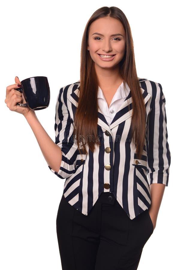 Девушка офиса показывая чашку изолированную на белой предпосылке стоковое фото
