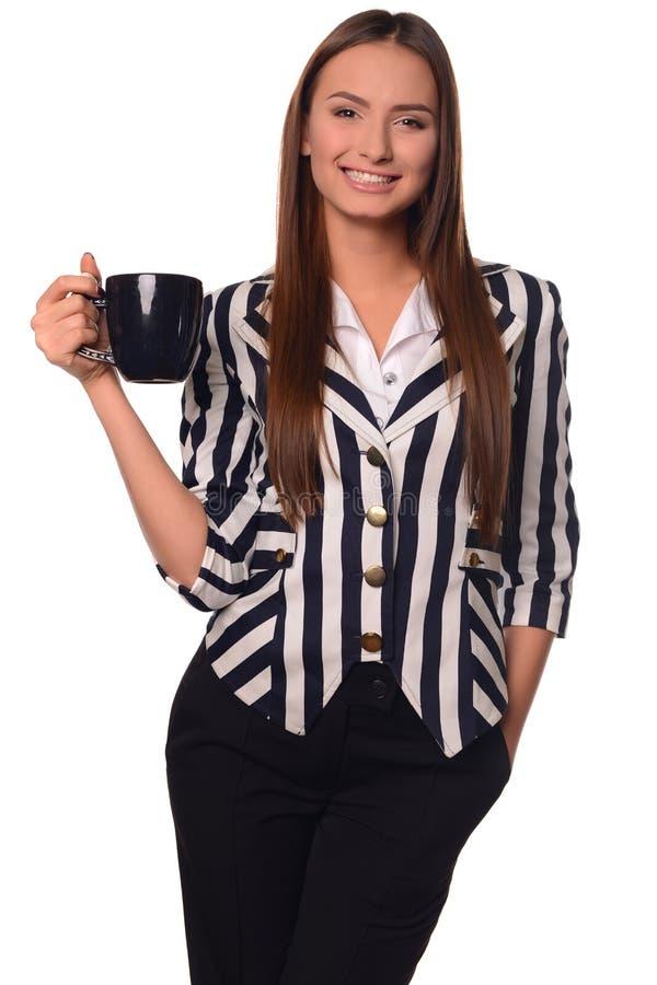 Девушка офиса показывая чашку изолированную на белой предпосылке стоковые изображения