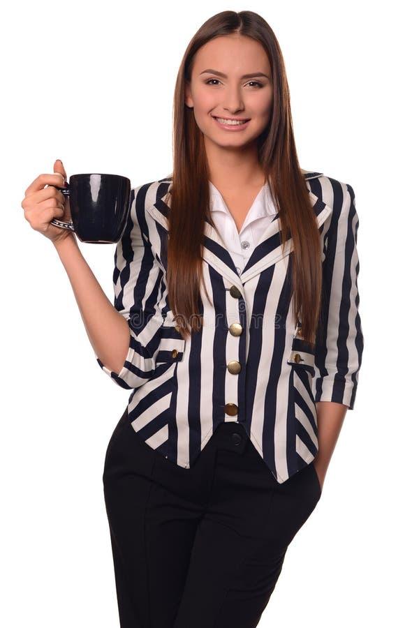 Девушка офиса показывая чашку изолированную на белой предпосылке стоковые изображения rf
