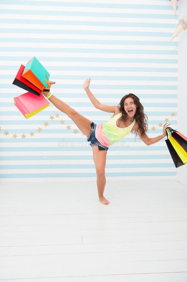 Девушка охотника покупок с приобретением после большой продажи счастливая и excited женщина с хозяйственными сумками черная прода стоковое изображение
