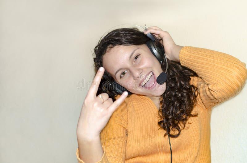 Девушка партии предназначенная для подростков имея музыку потехи слушая стоковая фотография
