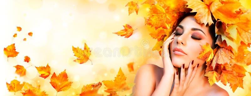 Девушка падения - женщина красоты модельная стоковое фото rf