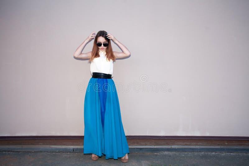 Девушка перед стеной в голубом платье, redhead в солнечных очках стоковые изображения rf