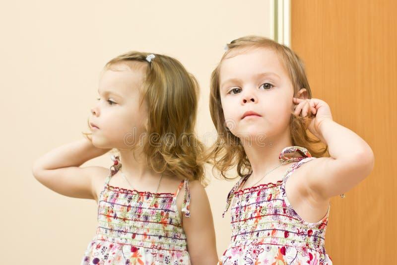 Девушка перед зеркалом стоковая фотография rf
