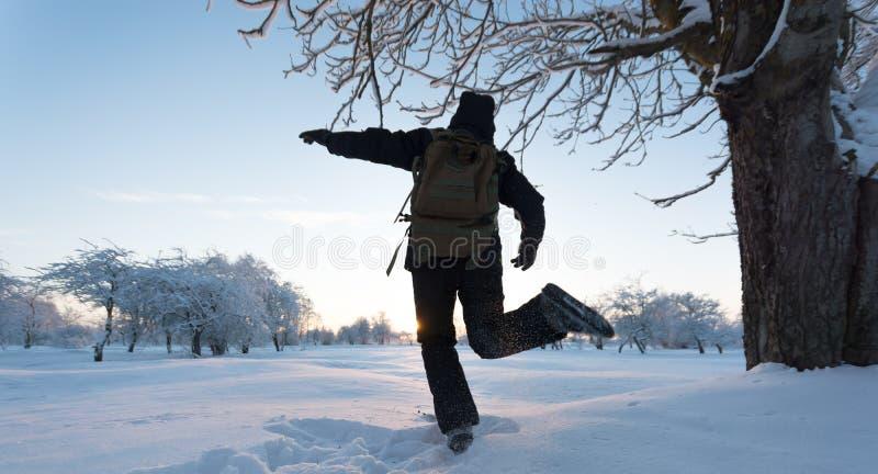 Девушка пиная снег зима температуры России ландшафта 33c января ural Заход солнца стоковое изображение