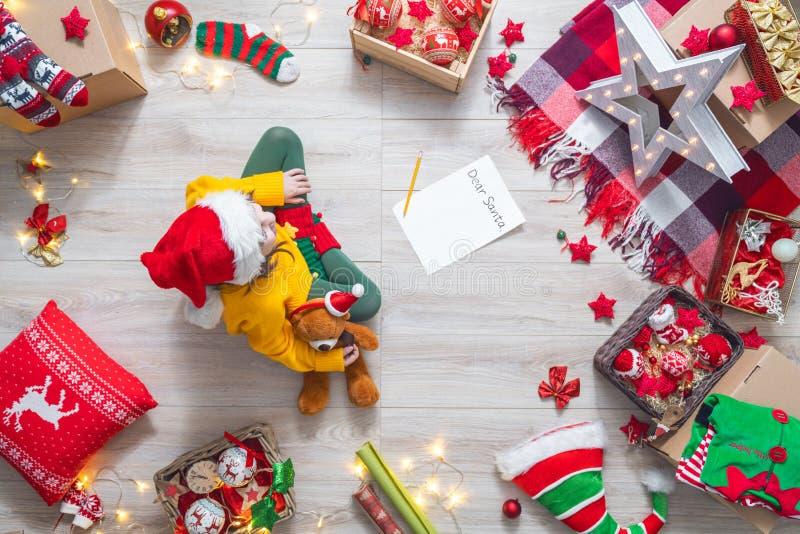 Девушка писать письмо к Санта Клаусу стоковые изображения