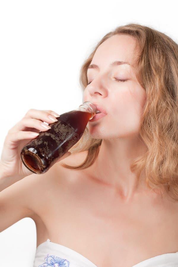 девушка питья колы стоковое изображение rf
