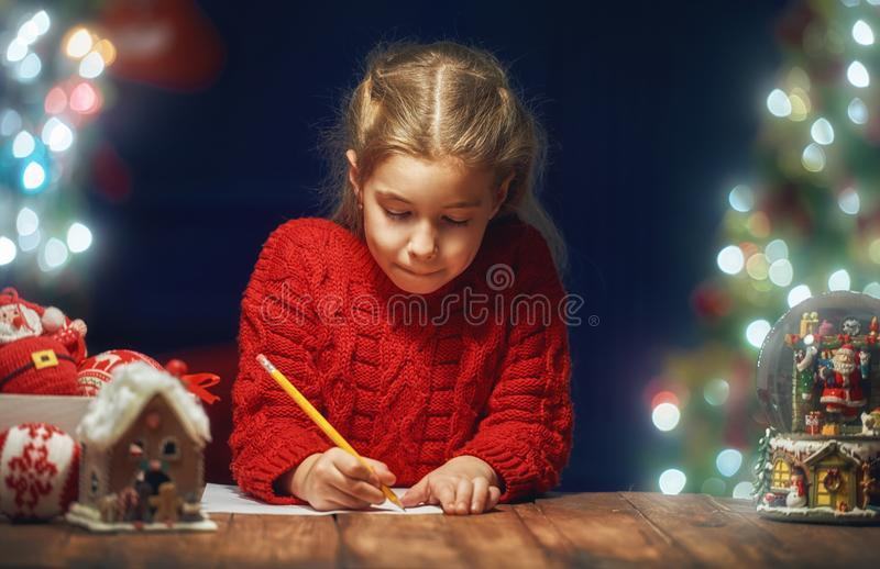 Девушка пишет письмо к Санте стоковое изображение rf