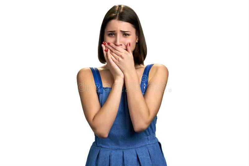 Девушка плача при руки покрывая рот стоковые изображения