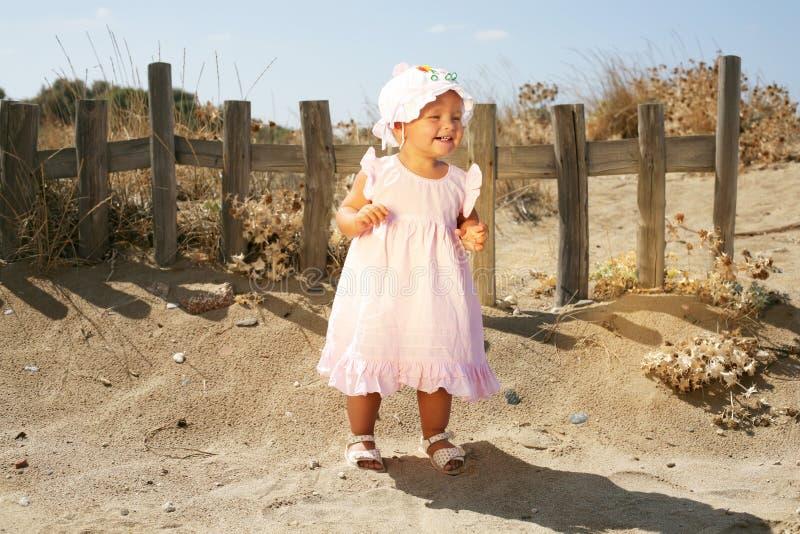 девушка пляжа младенца счастливая стоковое фото