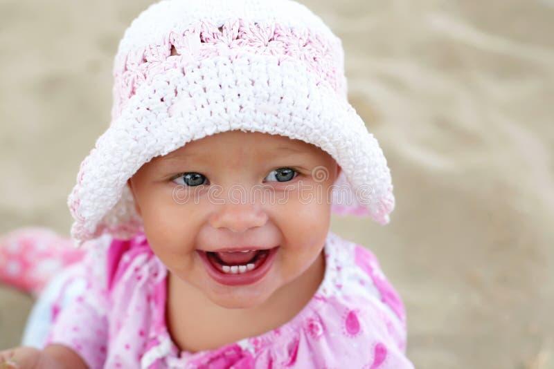 девушка пляжа младенца счастливая стоковые изображения