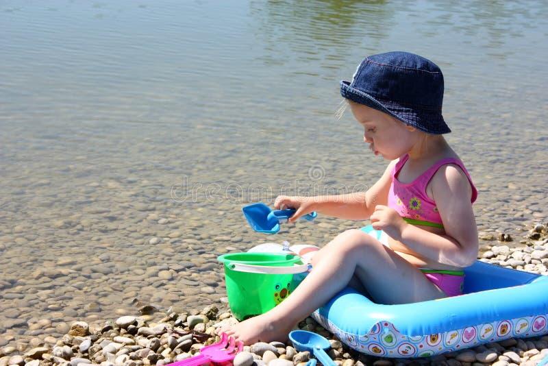 девушка пляжа немногая играя стоковое изображение rf