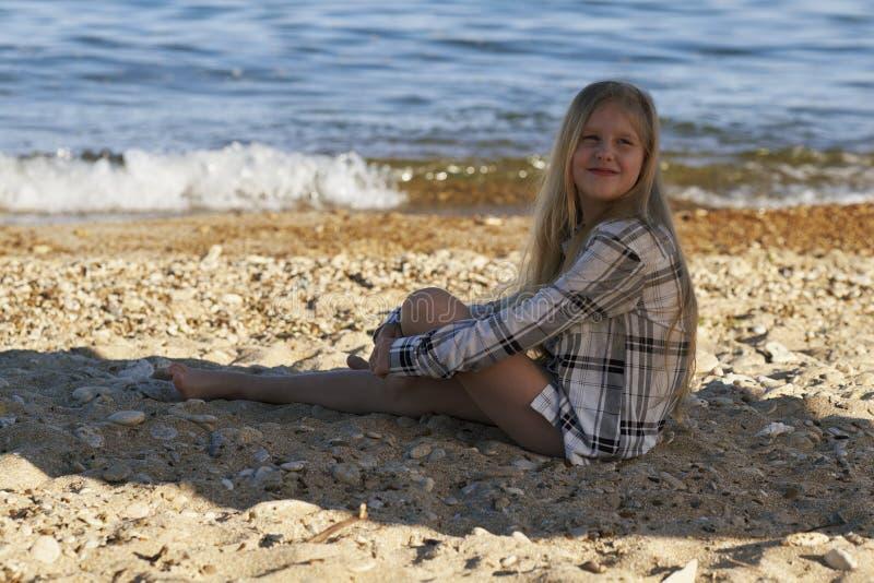 девушка пляжа немногая стоковая фотография rf