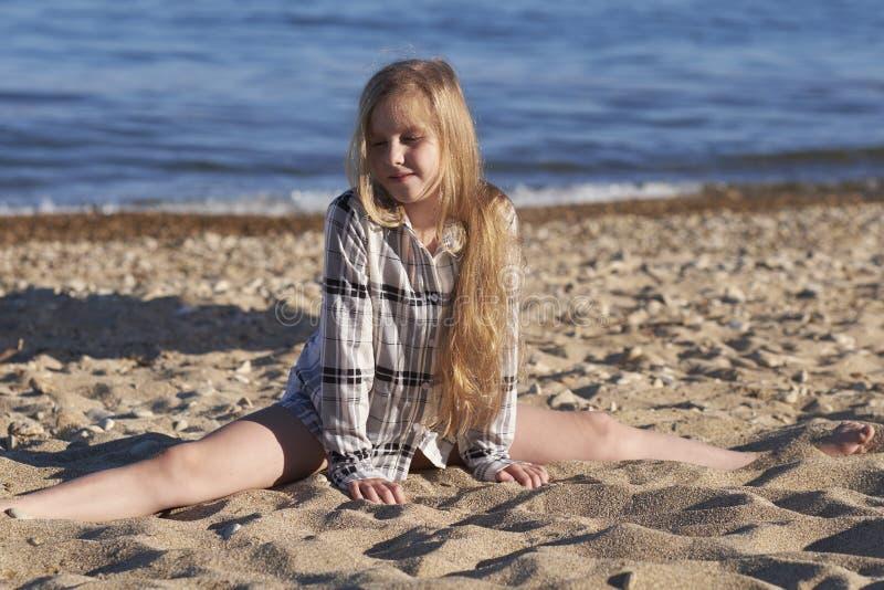 девушка пляжа немногая стоковое фото