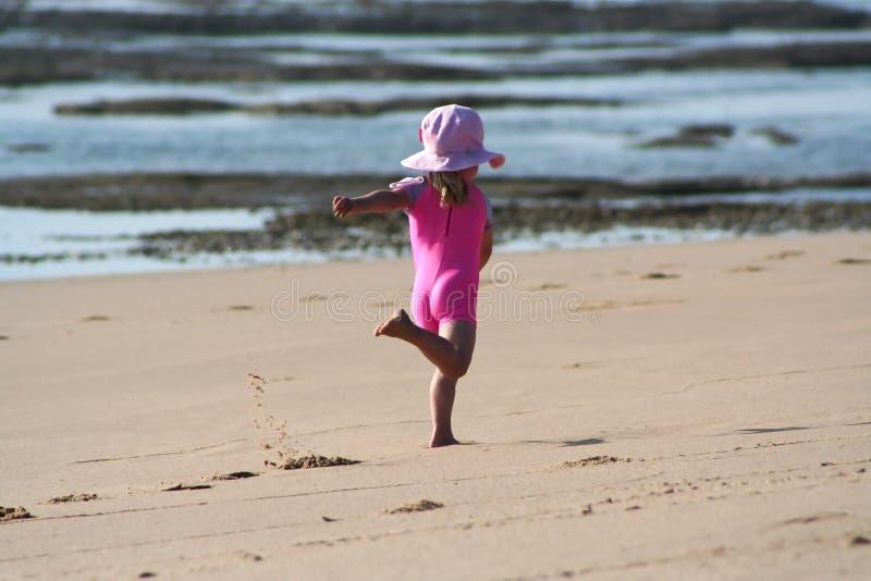 девушка пляжа немногая стоковое фото rf