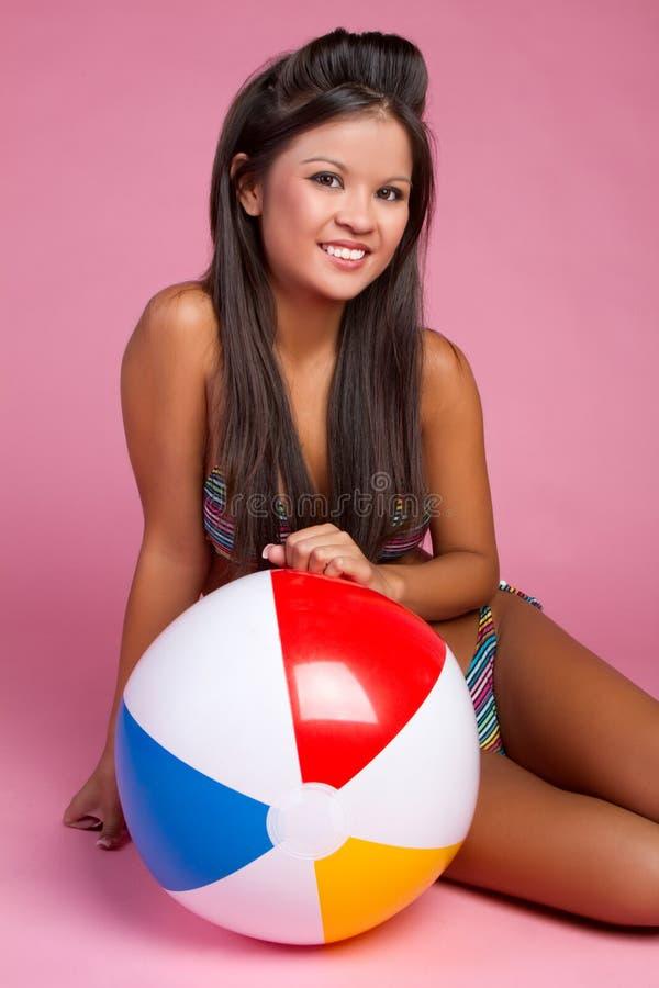 девушка пляжа шарика стоковое изображение