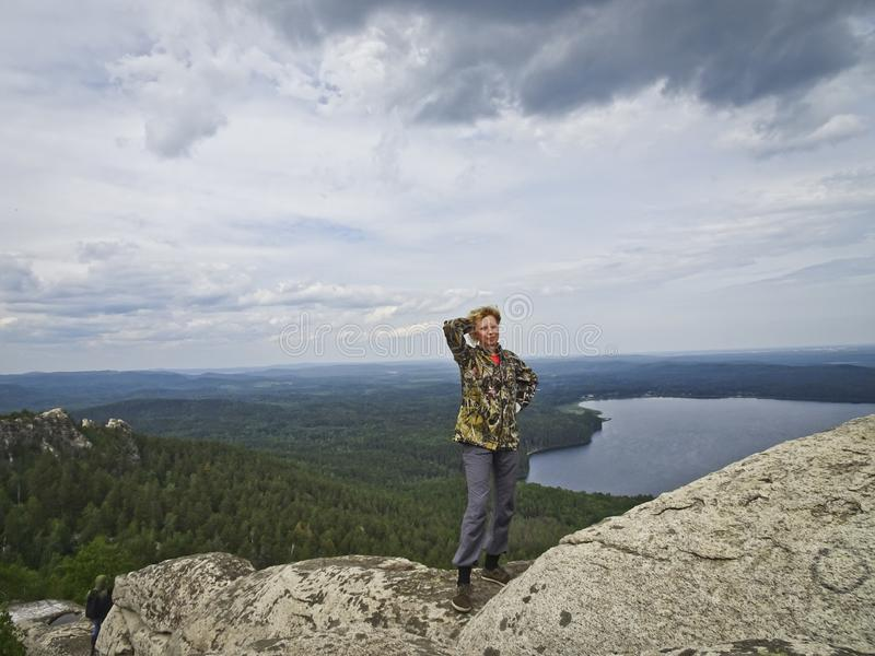 Девушка поверх горы, на заднем плане панорамы гор и озер Девушка счаст стоковая фотография rf