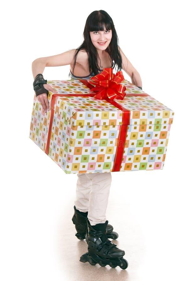 девушка подарка коробки идет кататься на коньках стоковые фото