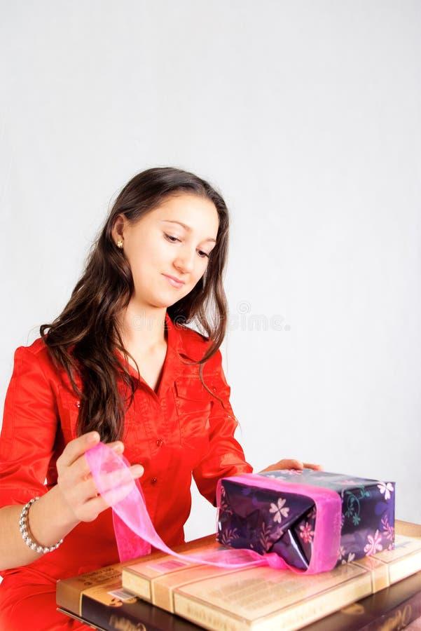 девушка подарков распаковывает стоковое изображение