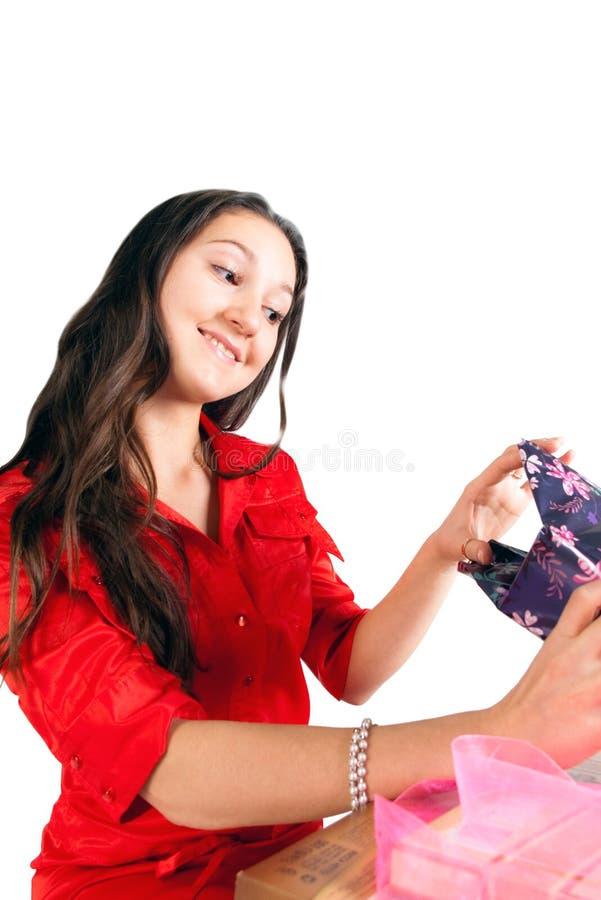 девушка подарков распаковывает стоковое изображение rf