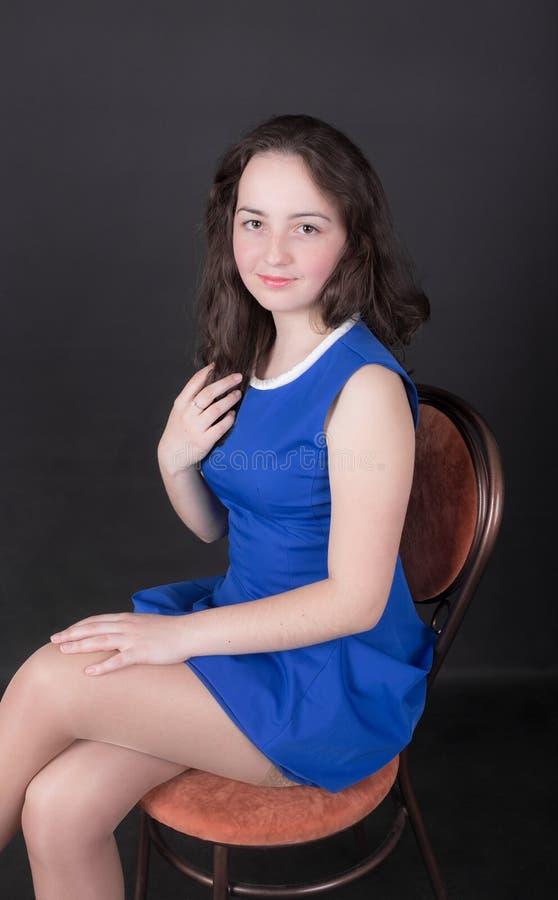 Девушка подростка на стуле стоковые фото