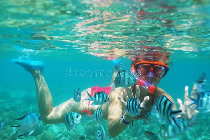девушка под водой стоковое изображение