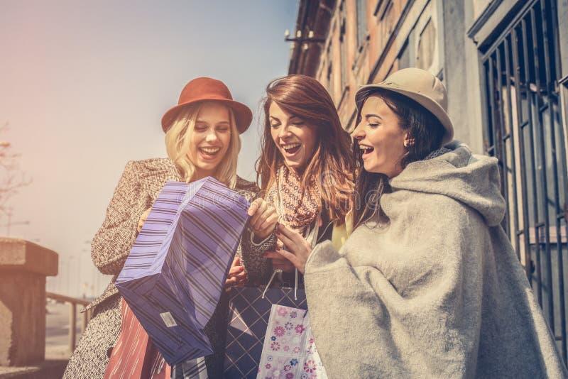 Девушка показывает ей друзей новые одежды стоковые фотографии rf