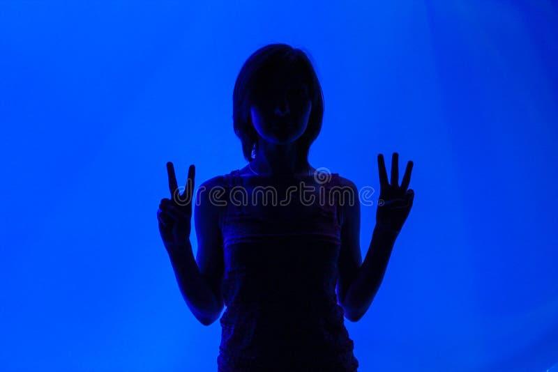 Девушка показывает номера стоковое изображение rf