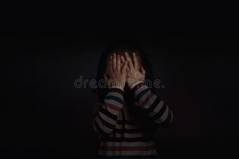 Download Девушка покрывая ее глаза стоковое фото. изображение насчитывающей ацетона - 37931722