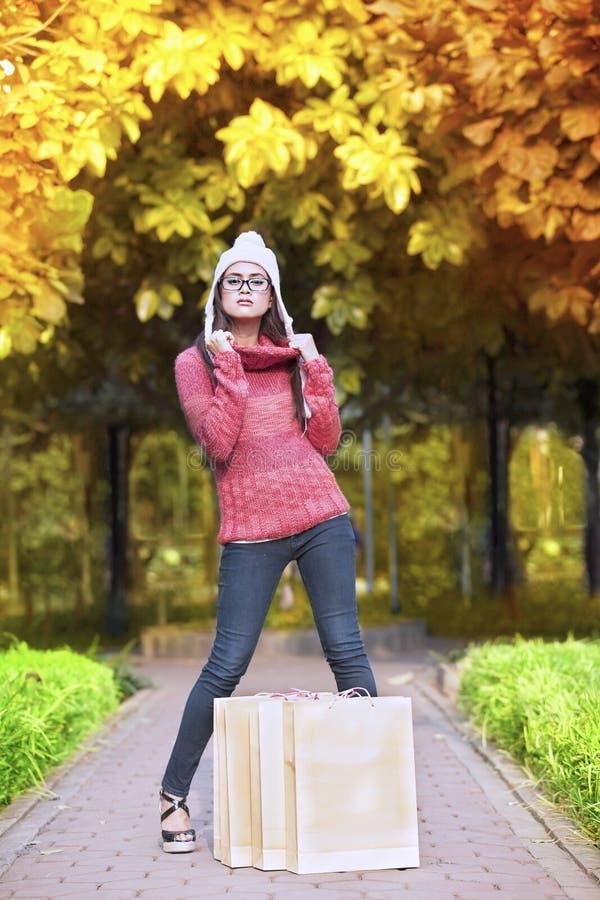 Девушка покупкы в парке осени стоковые фотографии rf