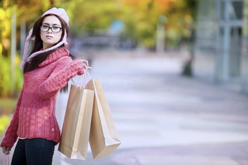 Девушка покупкы напольная стоковые изображения
