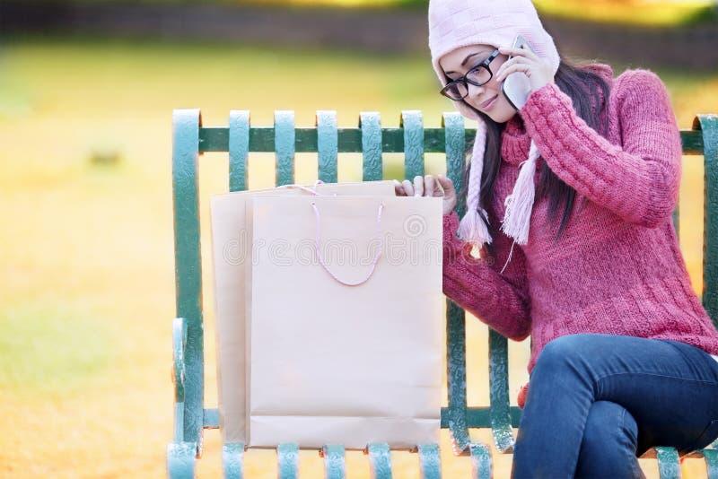 Девушка покупкы на стенде стоковые изображения