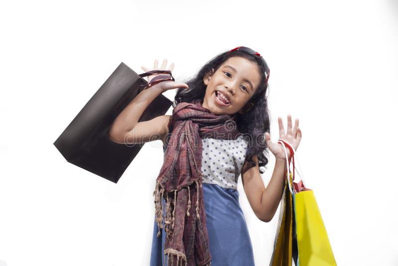 Девушка покупок показывая счастливое выражение стоковое изображение rf