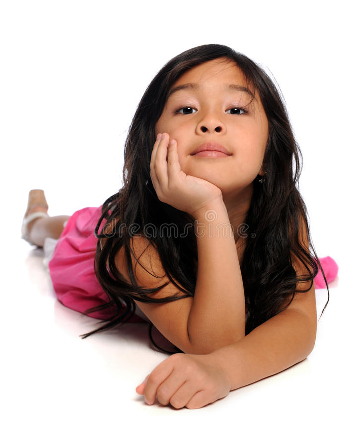 девушка пола кладя белых детенышей стоковое изображение rf