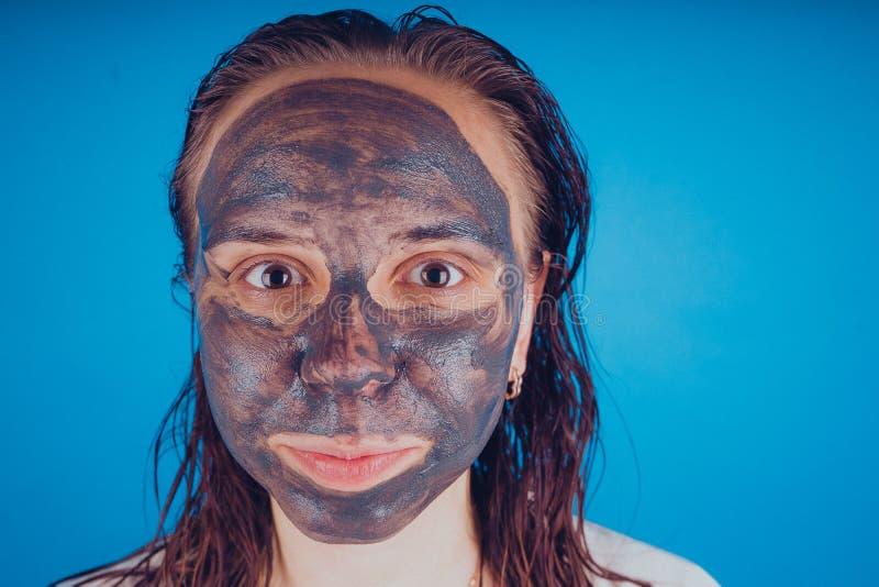 Девушка положила дальше лицевой щиток гермошлема для угорь Концепция ухода за лицом стоковое изображение rf