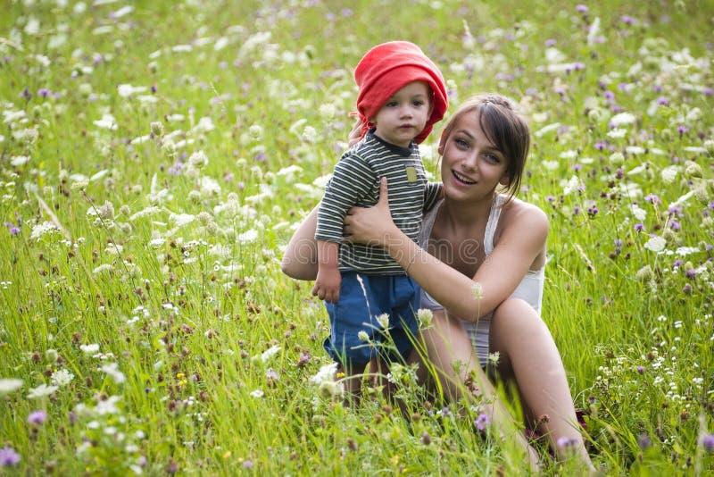 девушка поля мальчика стоковая фотография rf