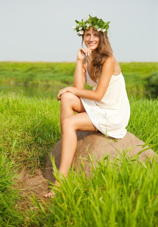 девушка поля сидит камень стоковые изображения rf