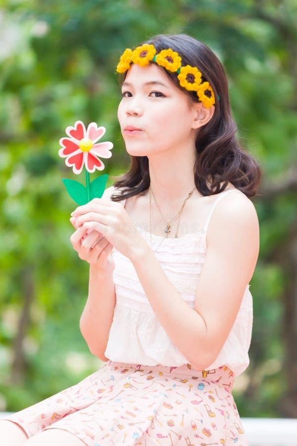 Девушка портрета азиатская с цветком игрушки стоковая фотография rf
