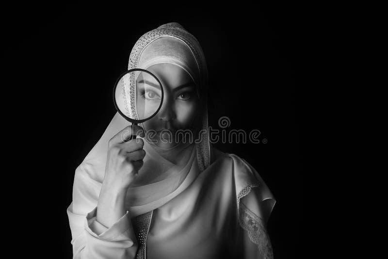 Девушка портрета арабская в белом hijab, foto b/w, подбитом глазе стоковая фотография
