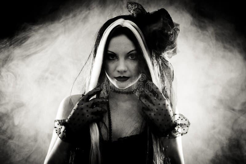 Девушка портрета готическая в стиле одевает, сняла над закоптелым backgroun стоковое фото rf