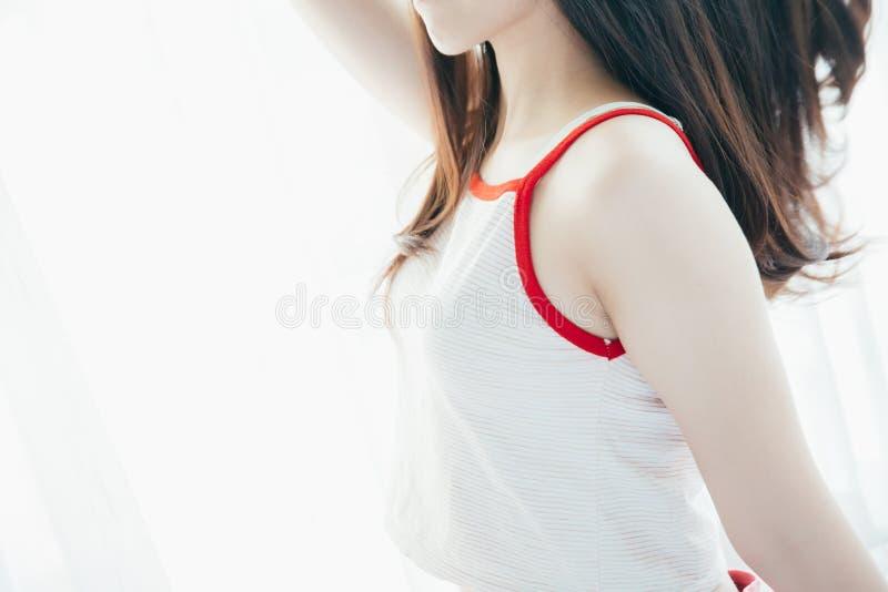 Девушка портрета красивая азиатская в стиле фильма белой комнаты винтажном стоковая фотография
