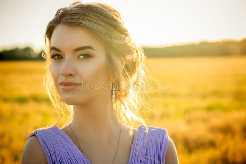 Девушка портрета красивая очаровательная на заходе солнца стоковые фотографии rf