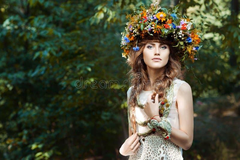 Девушка портрета милая с венком цветков стоковая фотография